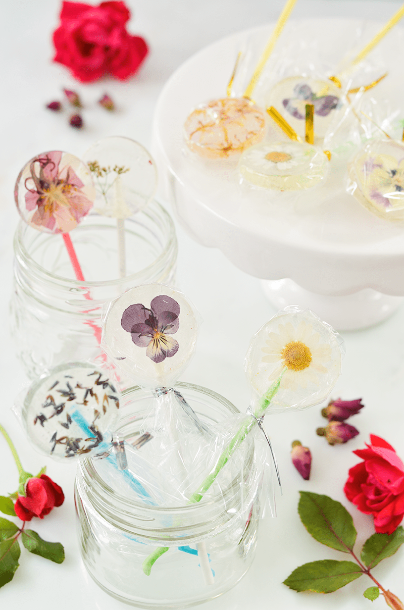 Easy DIY Lollipops With Edible Flowers (click through for recipe)