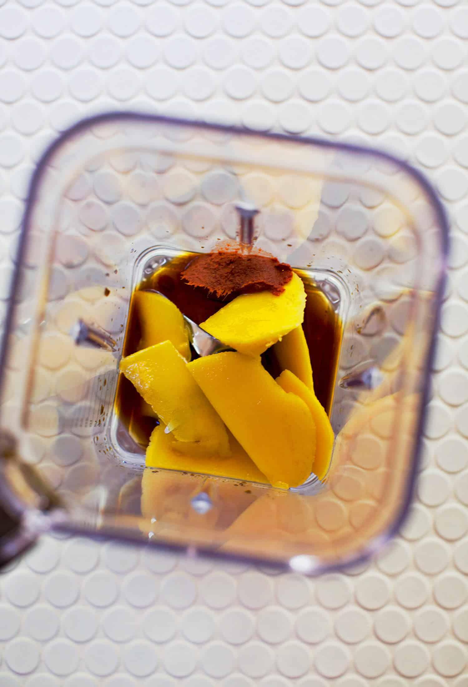 Mango und roter Curry-Fischrogen