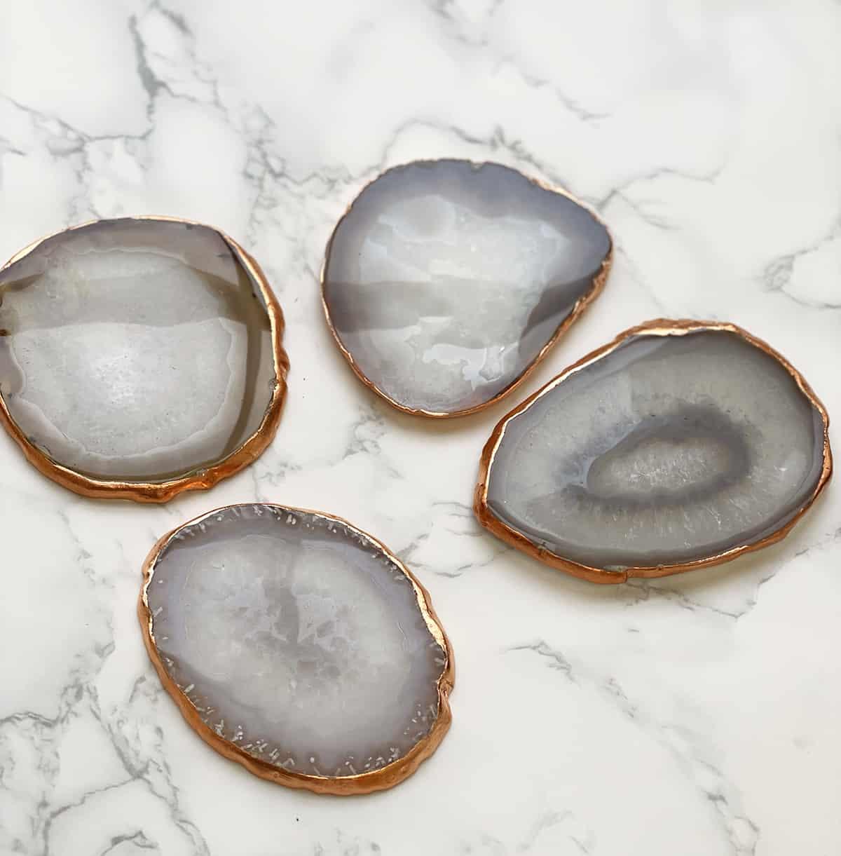 Porta-copos de cristal em mesa de mármore