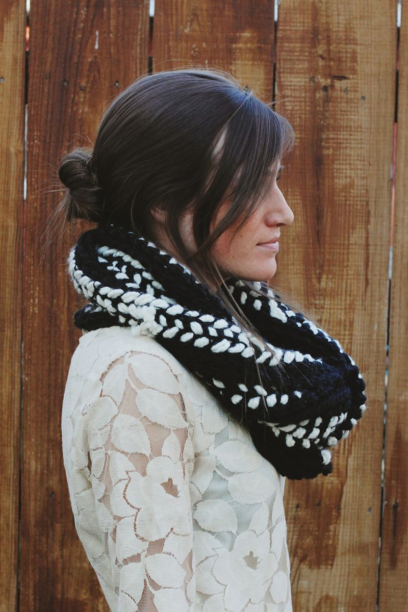 Black and white crocheted scarf diy 3