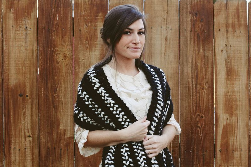 Black and white crocheted scarf diy 4