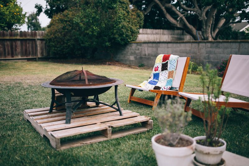 Love the firepit on a pallet