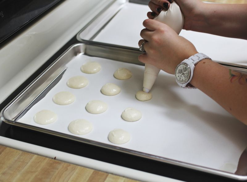 How to pipe macaron batter