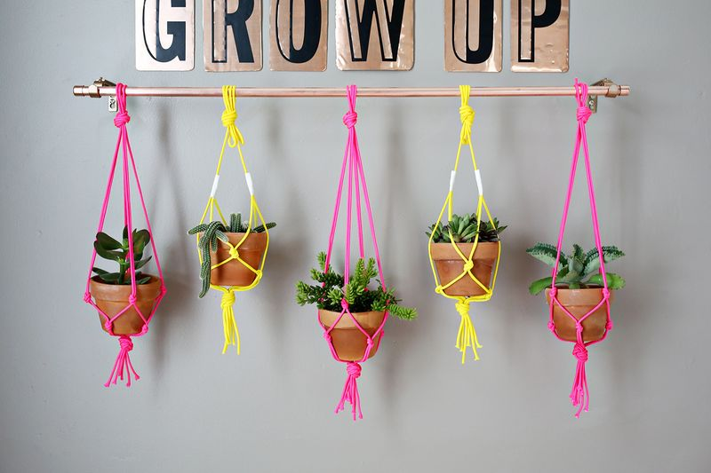 (easy + cute!) copper pipe hanging planter (click through for tutorial)
