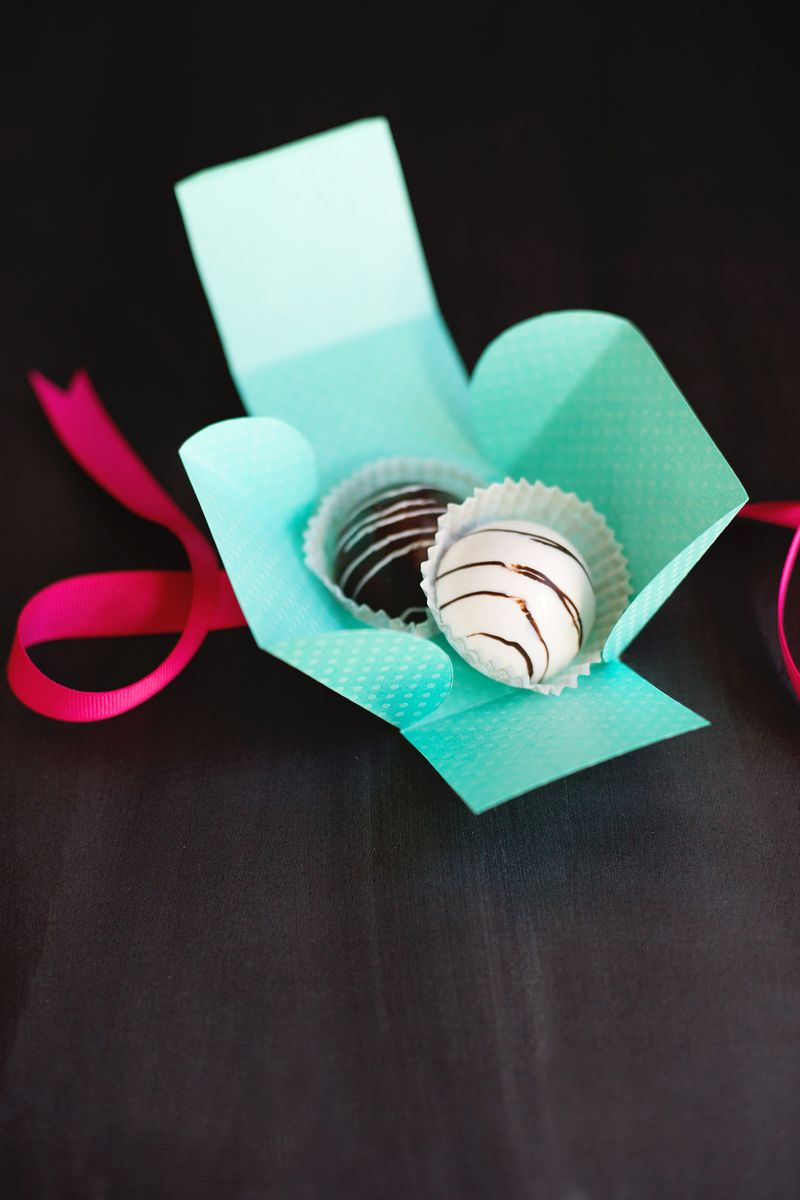 DIY mini pastry gift boxes (click through for template)
