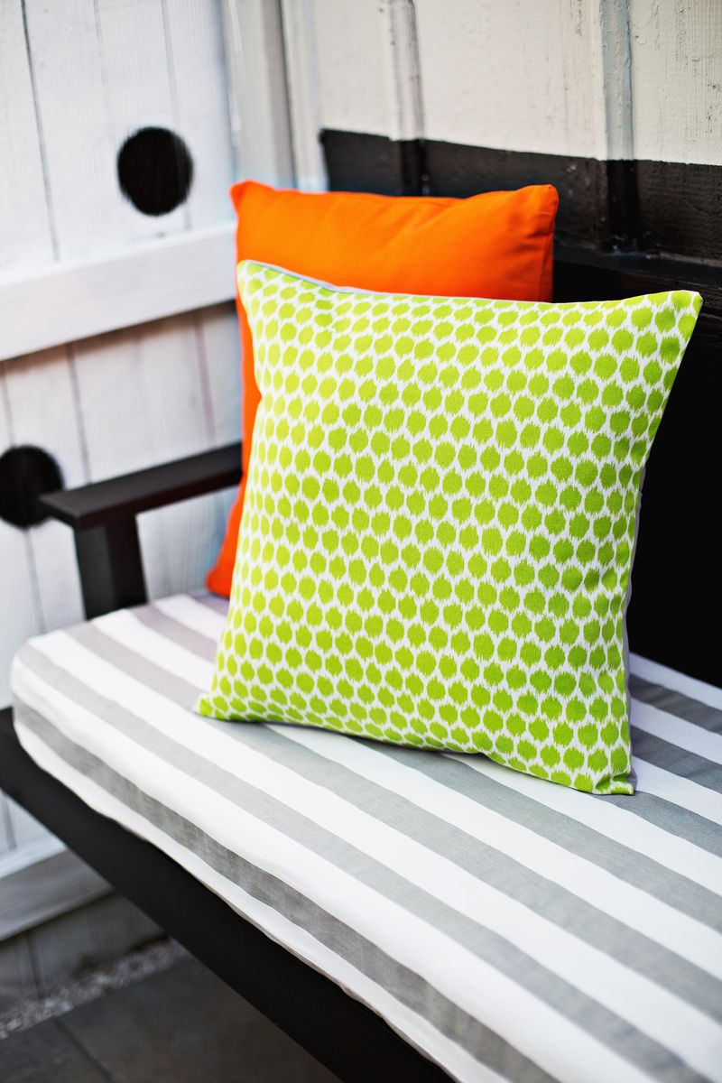 Three ways to make outdoor pillows (click through for tutorial)