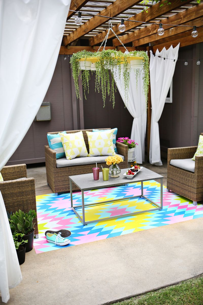 Such a great idea! Outdoor painted rug DIY (click through for tutorial) .