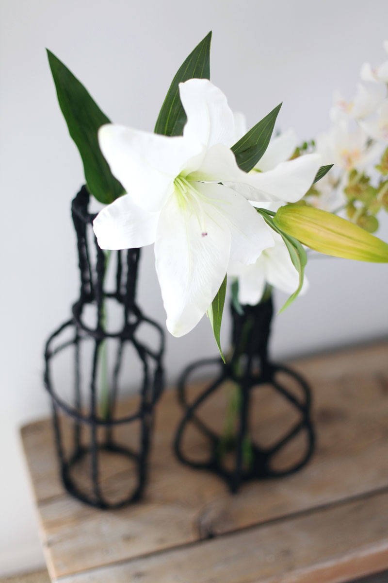 ITurn some wire and scrap fabric into beautiful decorative vases for your home! Click through for instructions.