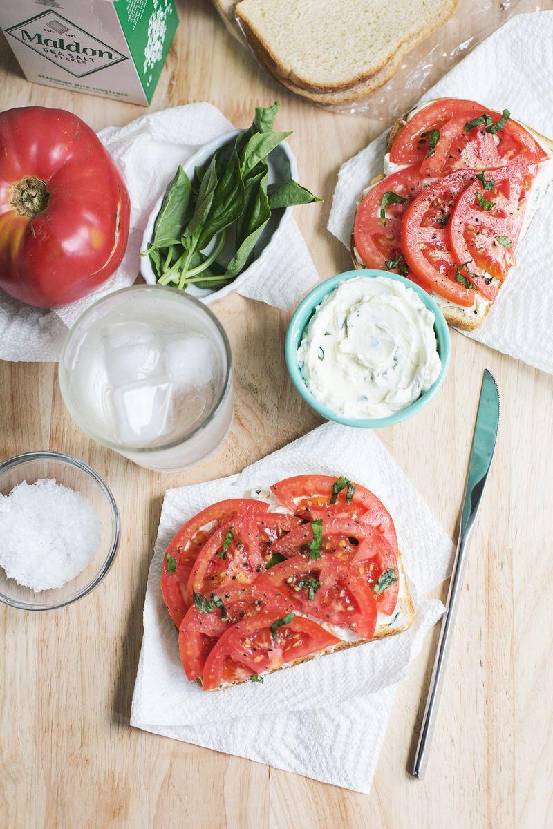 Tomaten-Toast + Basilikum-Frischkäse