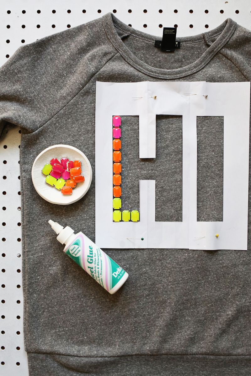 Love this! make a phrase with resin jewels (click through for tutorial)