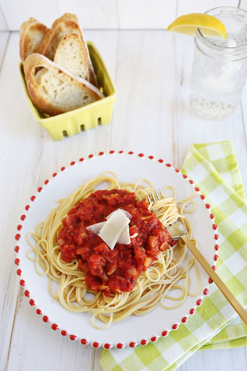 Easy (+ Delicious!) Homemade Tomato Sauce (click through for recipe)