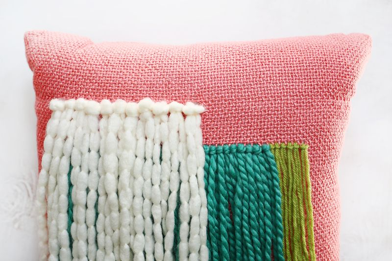 So cute! yarn fringe pillow DIY (click through for tutorial)