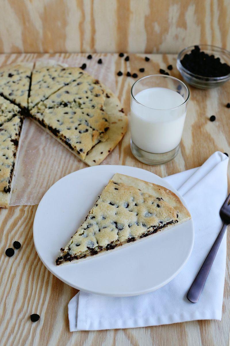 Chocolate Chip Cookie Pizza (via abeautifulmess.com)