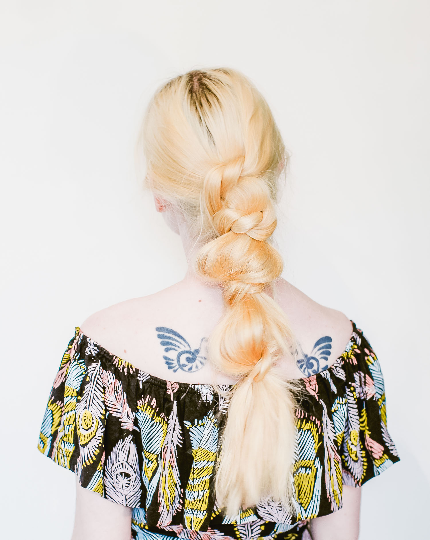 Festival ready messy knotted ponytail (click-through for the full tutorial)