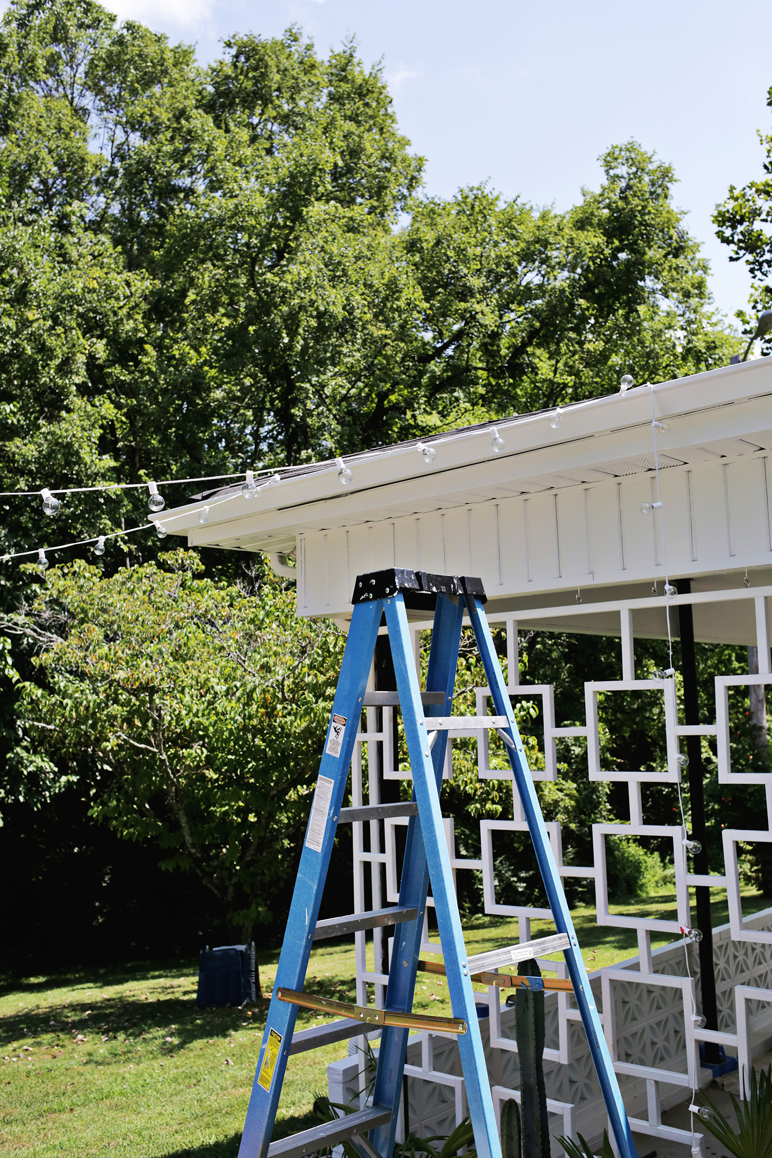 Create Outdoor Patio Lighting Without a Pergola (Renter Friendly!) Click through for tutorial.