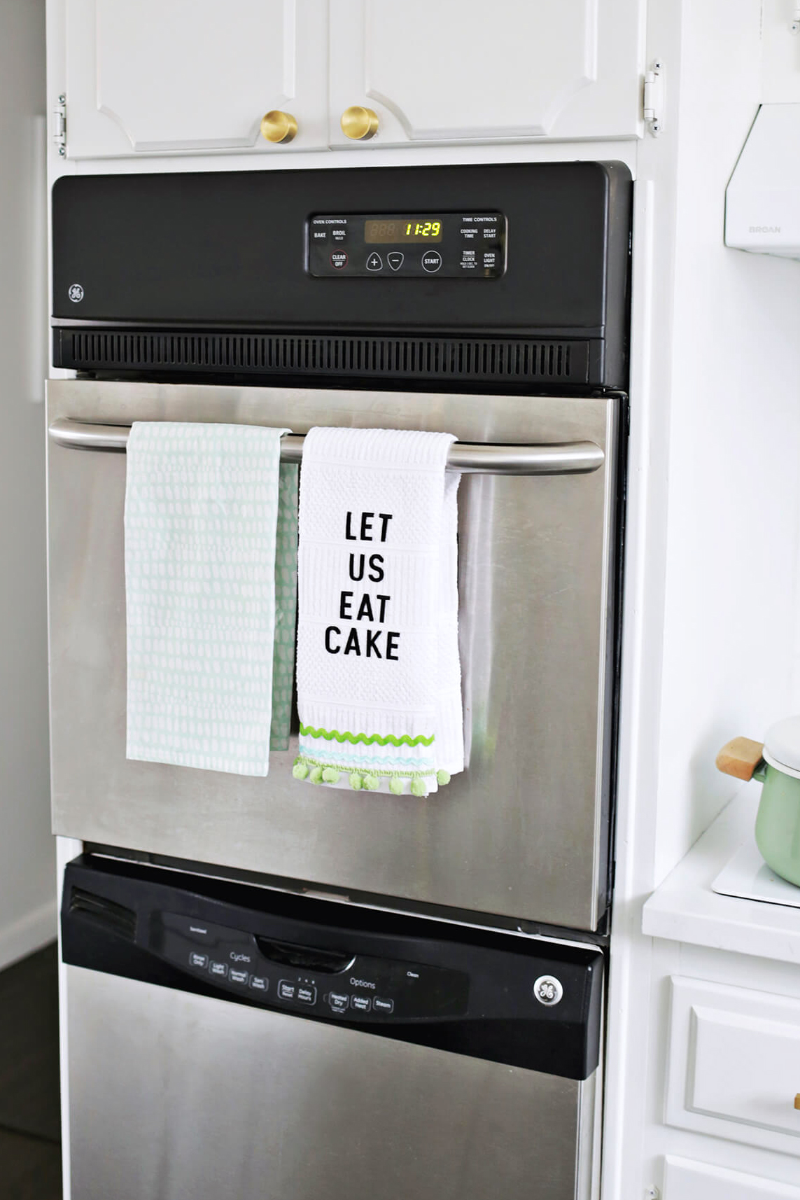 So fun! No-Sew Phrase Kitchen Towel DIY (click through for tutorial)
