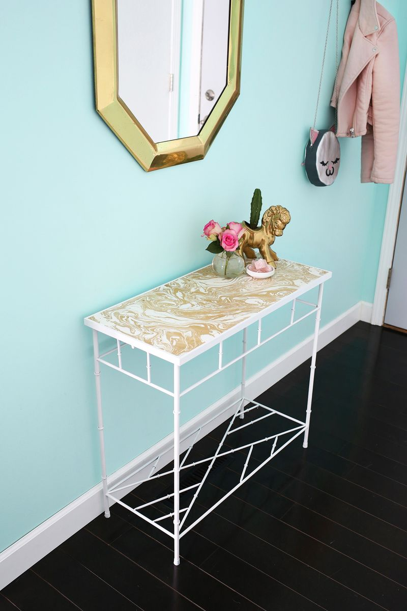 Love this entryway table makeover! (click through to see the before + after pics)