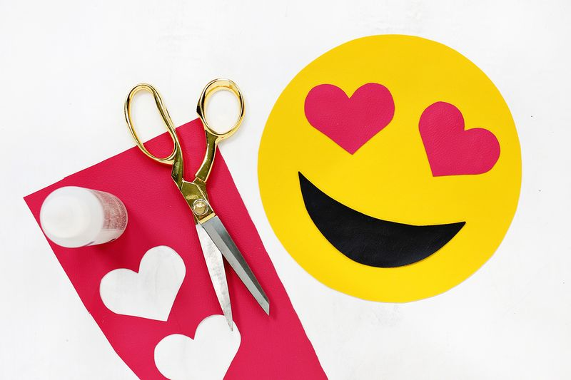 OMG! I want one! Emoji clutch DIY (click through for tutorial)