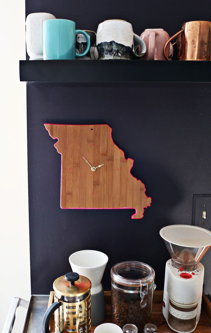 Easy diy clock from a cutting board (via abeautifulmess.com)