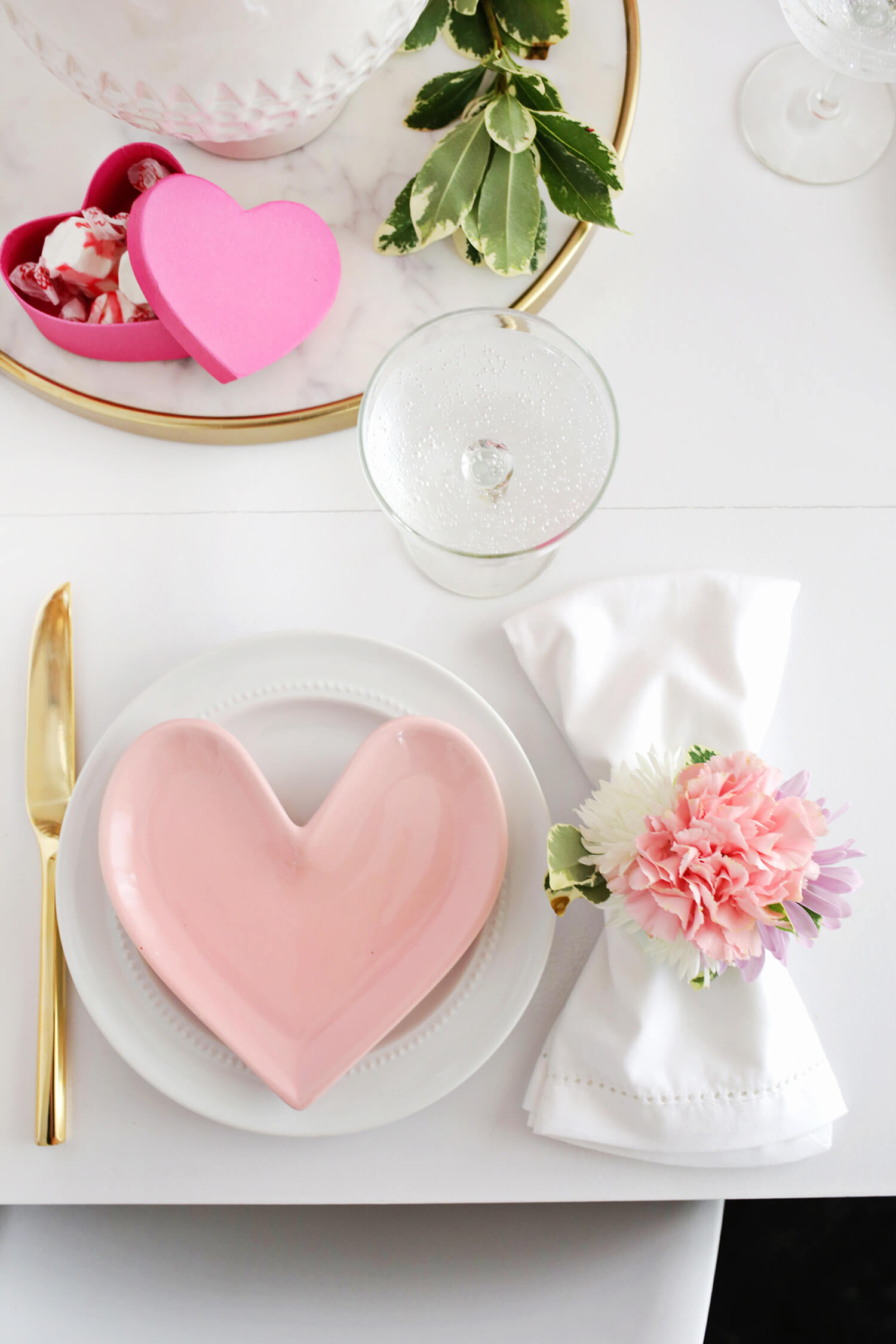 So pretty! DIY Flower Napkin Rings (click through for tutorial)