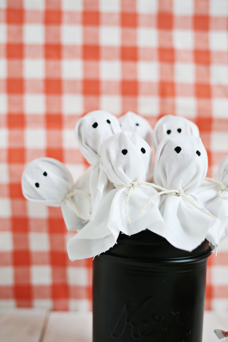 Ghost lollipops! Perfect gift for halloween (click through for tutorial)
