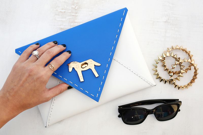 So cute! colorblocked envelope clutch DIY (click through for tutorial)