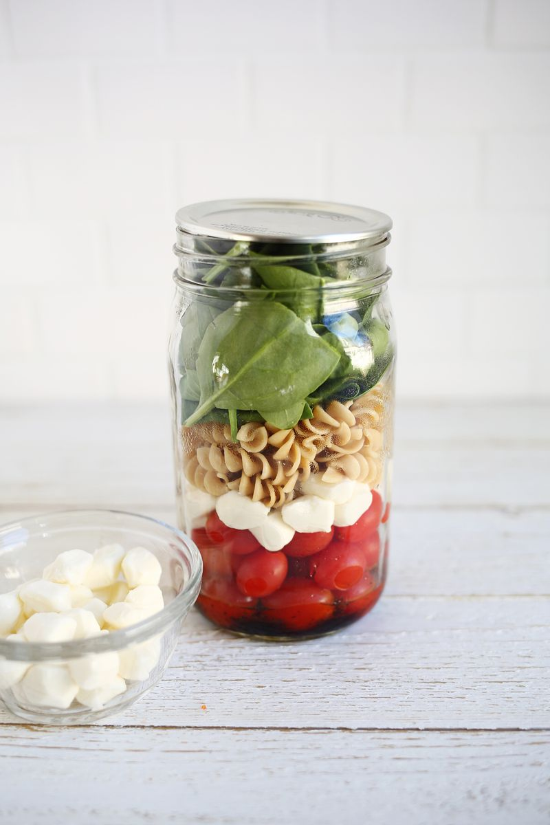 5 easy salad in a jar lunch ideas! (click through for recipes)