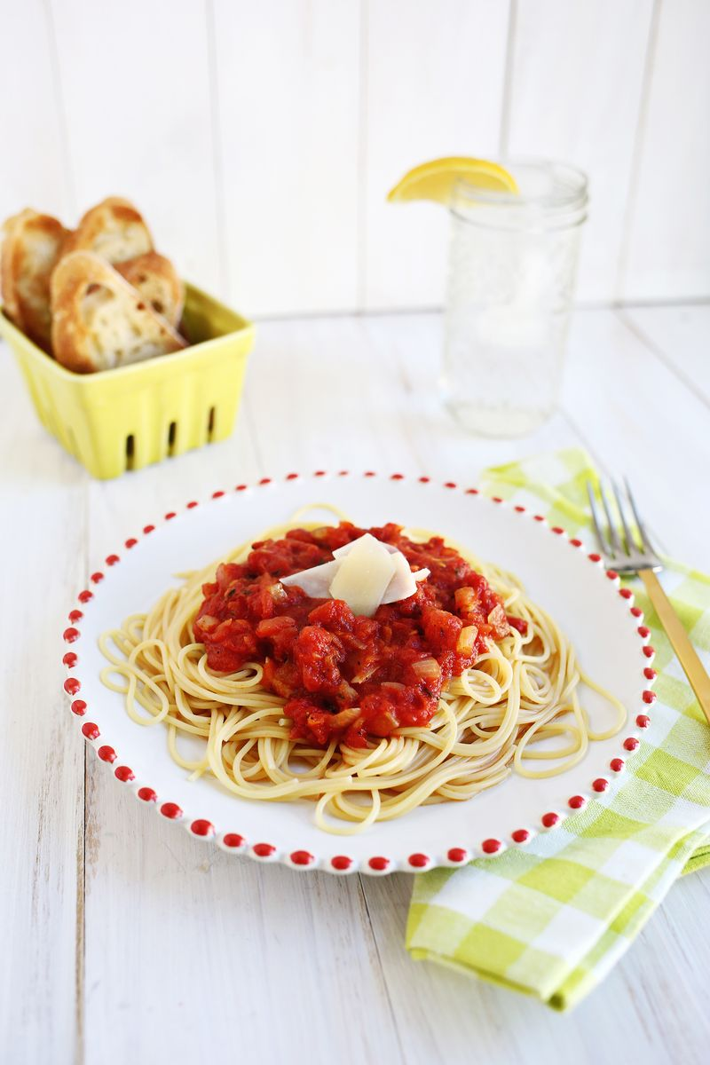 Easy (+ Delicious!) Homemade Tomato Sauce (click through for recipe)