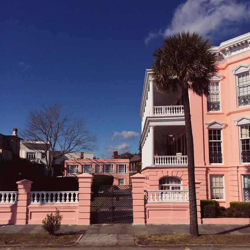 A stroll along the water near Rainbow Row in Charleston, South Carolina (click through for a full travel guide!)