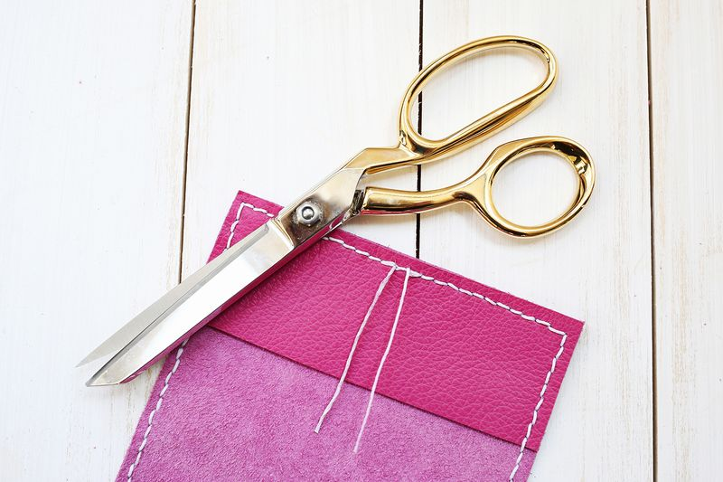 Yes please! Stamped Leather Passport Holder DIY (click through for tutorial)