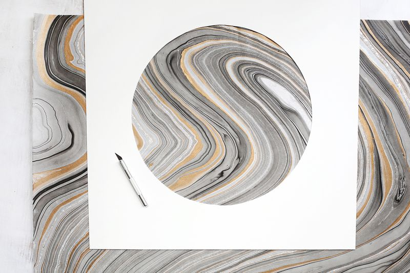 Easy wall art idea—circle mat around marbled paper! (click through for more details)