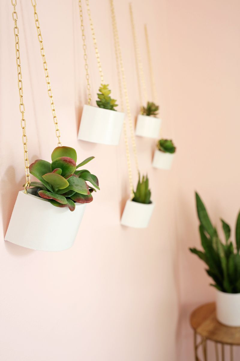 Make a cute hanging planter from a round wooden box! (click through for tutorial)