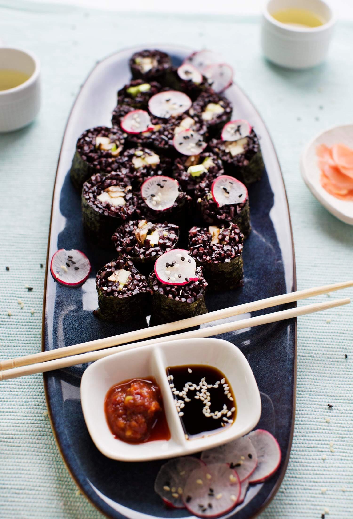 Rauchiger Pilz und schwarzer Reis-Sushi