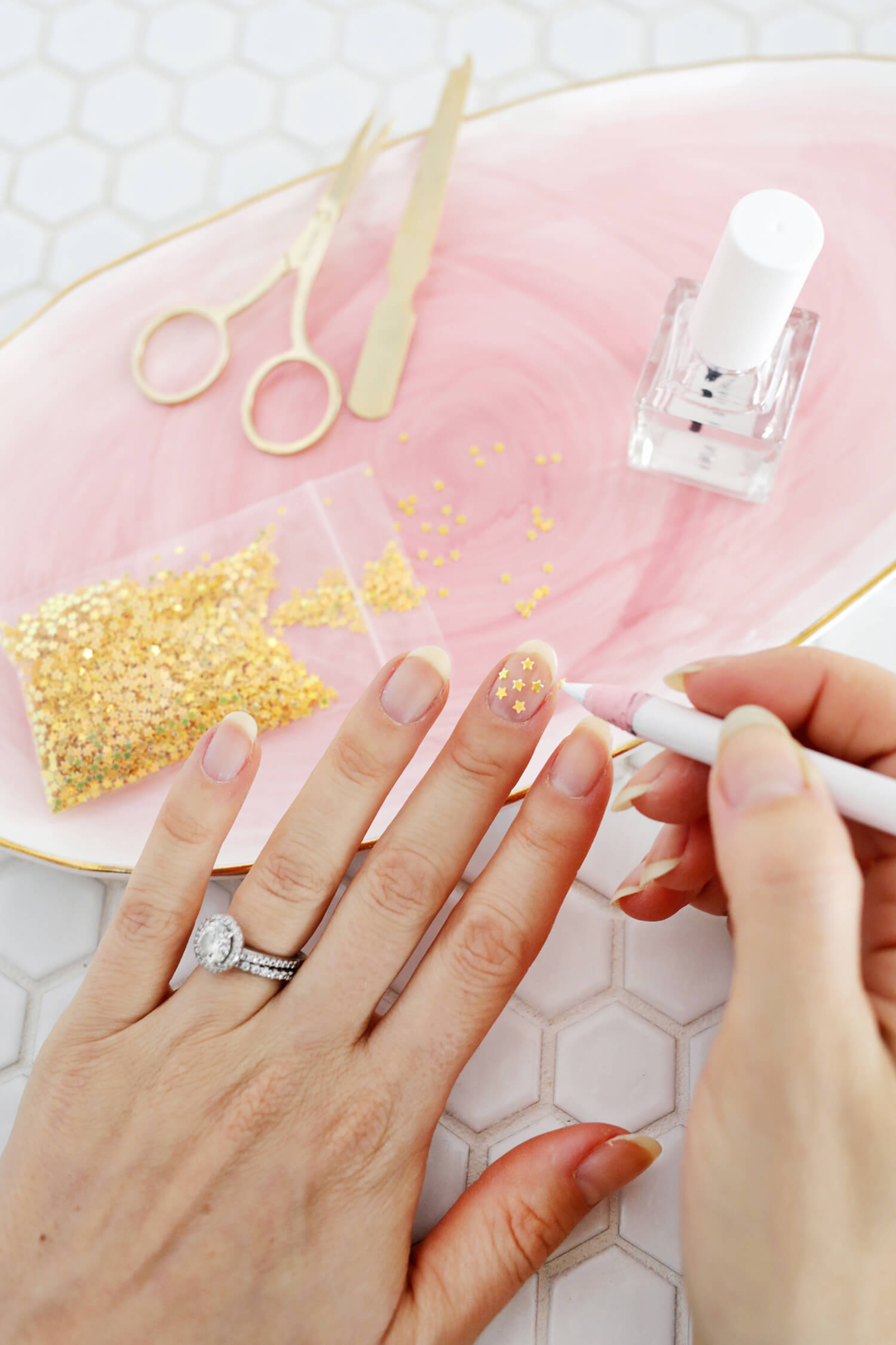 So pretty! Gold star manicure DIY (click through for more!)
